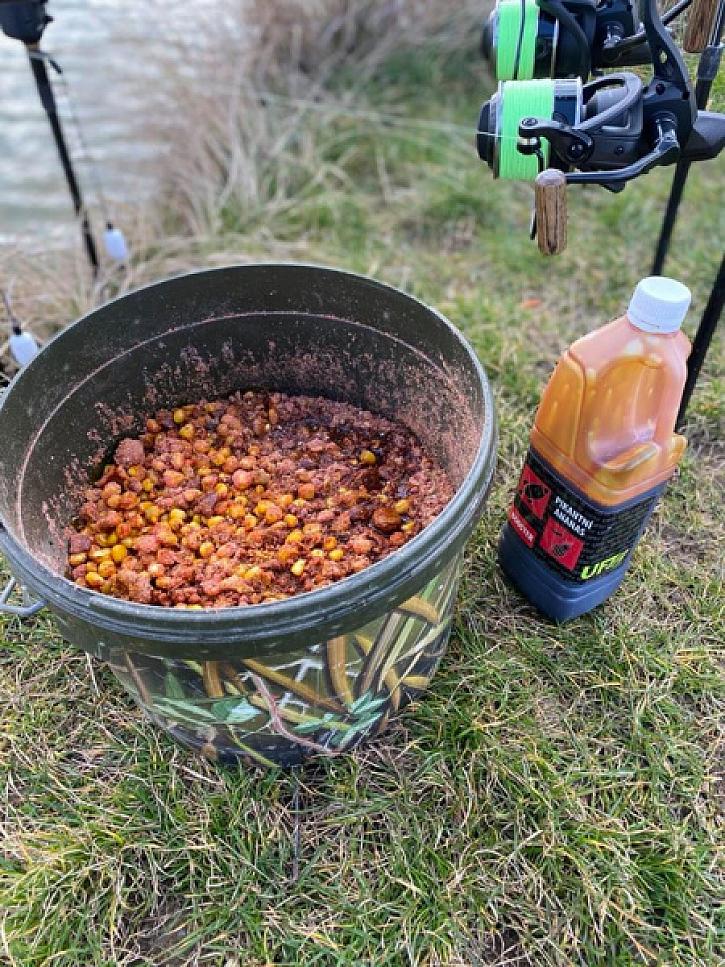 Připravil jsem si krmení z Method mixu, vařené kukuřice a drceného boilies. Vše jsem zalil boosterem.
