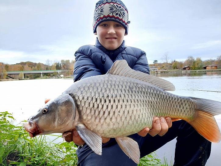Mladý rybář Michal (12 let) chytá od svých cca 7 Let.