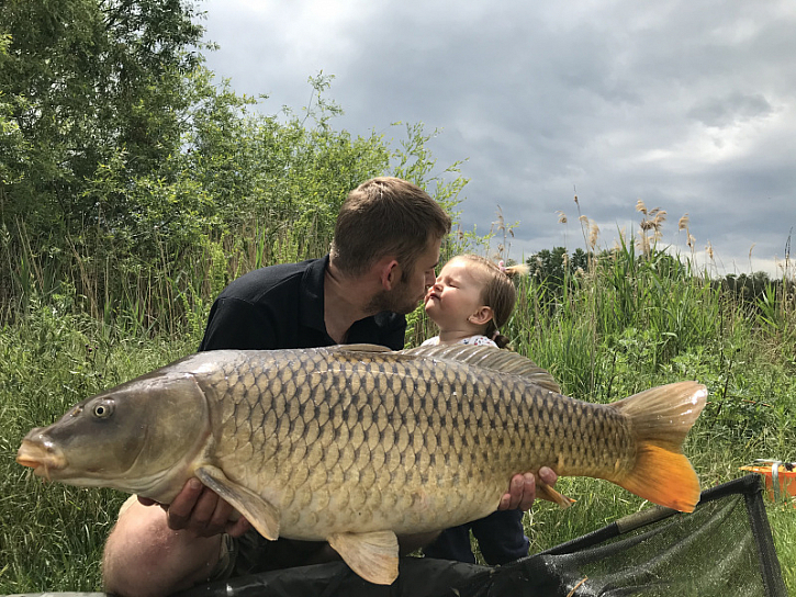 Holky mi,ale přinesly štěstí a když přijely tak se povedly větší ryby.