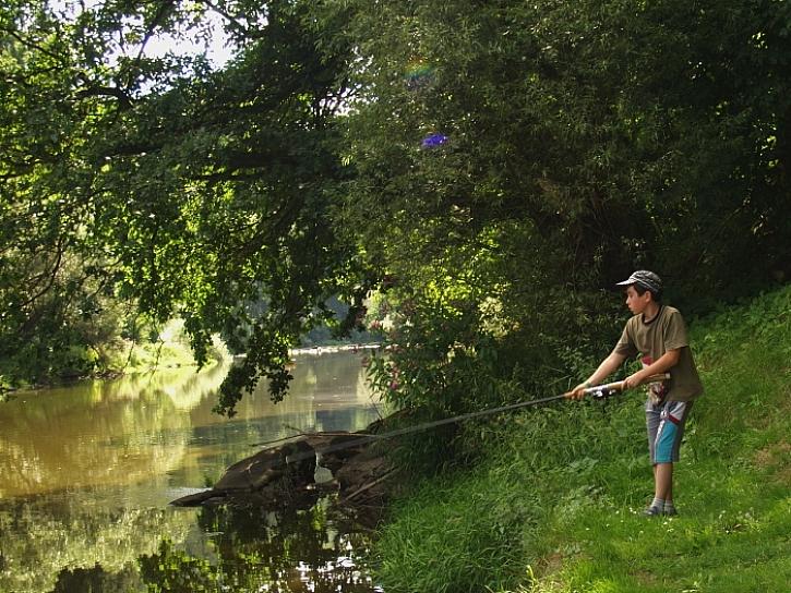Filípek a Péťa začali vloni rybařit, a docela se jim dařilo.
