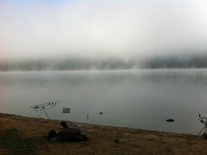 Tyhle fotky vznikaly před časem kolem 5-6-té ráno. Michal vyjel zavést prut na vodu v totální mlze bez GPS. Hodinu se v mlze nevracel.