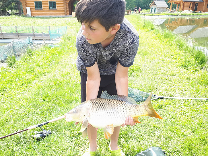 Erik Kocur rád chytá v Důchcově na Hranáči. A úlovky má fakt parádní. Jak říká, chytá 11 let od svých 3 let. Takže má slušně nachytáno.