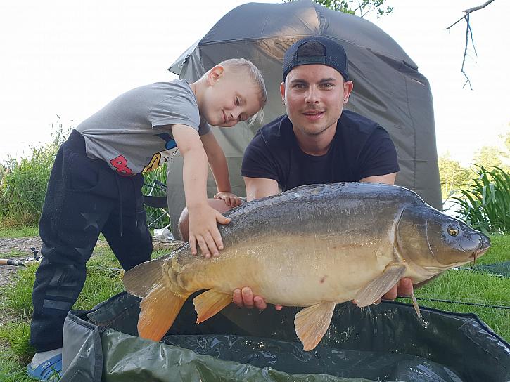 Liščí jezero, kde byli na rybách společně s přítelkyní a se synem. Z fotek úplně hřeje rodinná pohoda a to je nádhera.