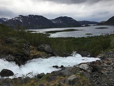 Z ledovcového jezera nad Bergsfjordem to pěkně hučí o údolí